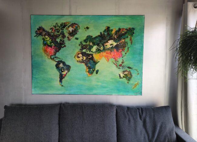 wereldkaart boven bank